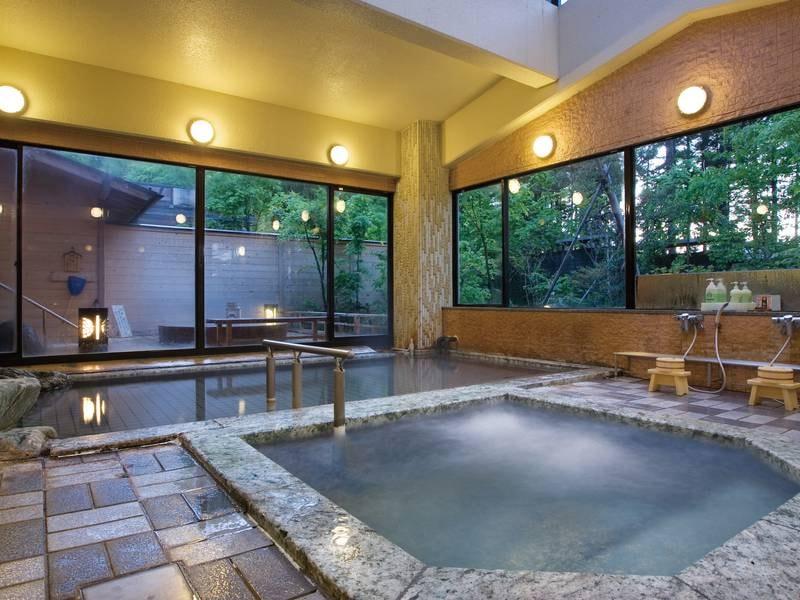 【大浴場】内湯はメタケイ酸を含む「白銀の湯」。優しい泉質を堪能