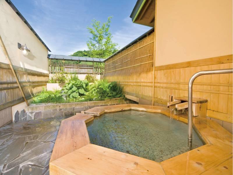 【貸切露天風呂/翠どころの湯】八角形の露天風呂は、木曽樽で造られている