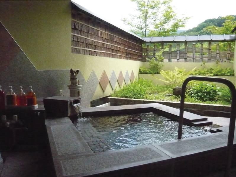 【貸切露天風呂/癒しの湯】中国のチャイナ・レッドという石を使用した露天風呂