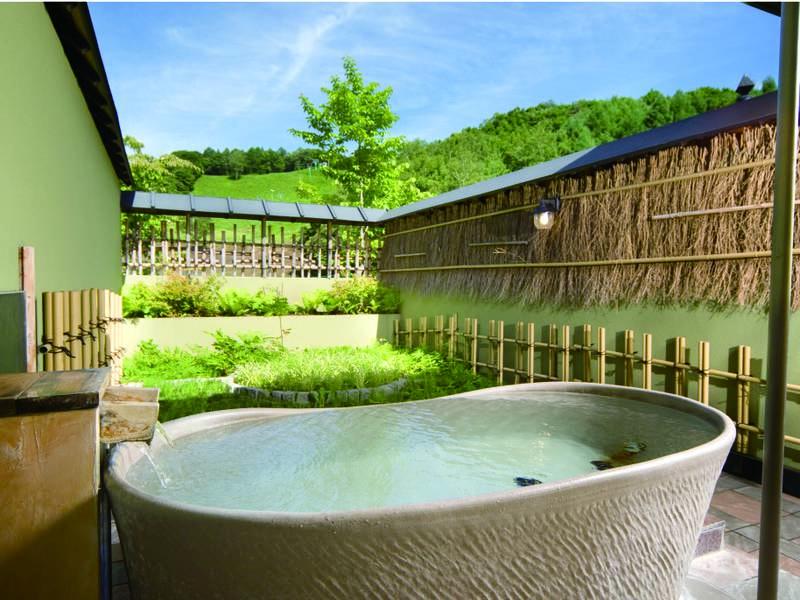 【貸切露天風呂/雪舟の湯】美濃焼で造られた船の形の陶器の露天風呂