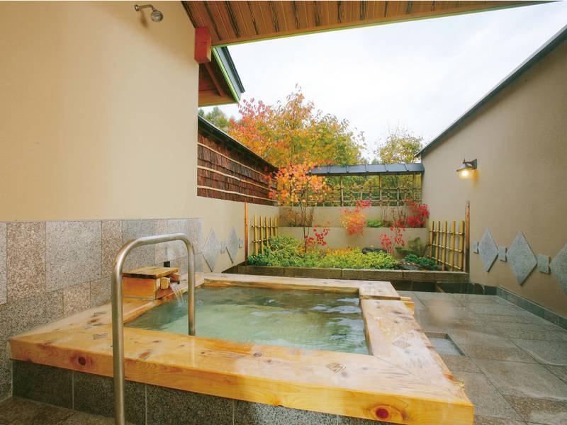 【貸切露天風呂/春草の湯】木曽樽と御影石で出来た露天風呂。やさしい草花のような雰囲気に癒される