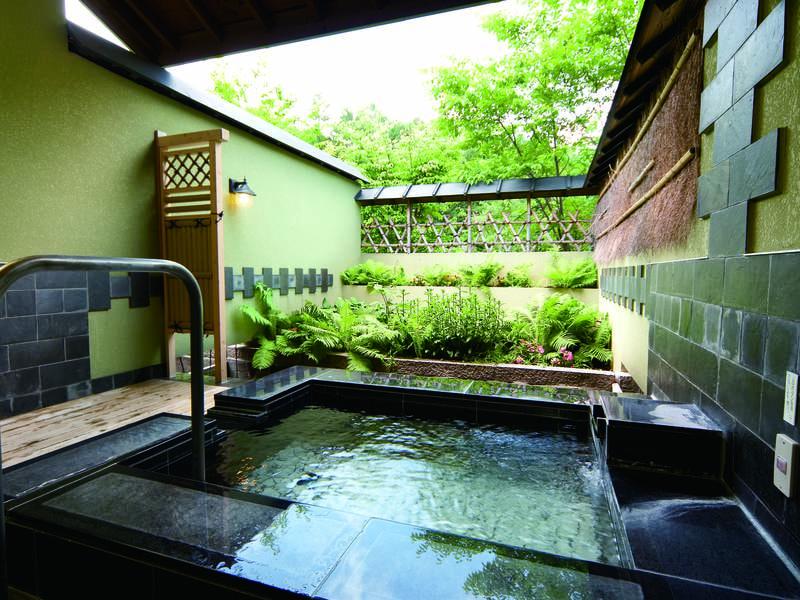 【貸切露天風呂/陽だまりの湯】御影石で出来た露天風呂