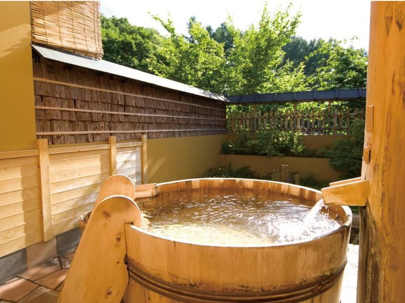 【貸切露天風呂/酒樽の湯】樹齢300年のさわらの天然木を使った露天風呂