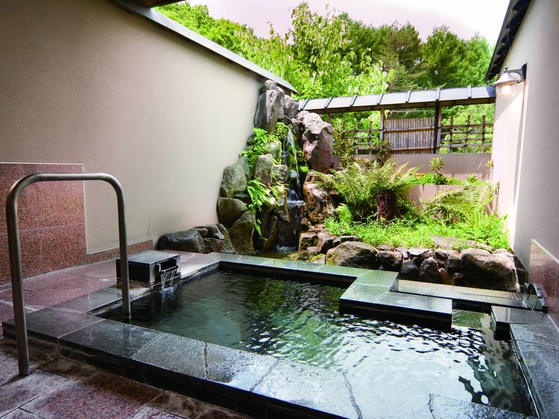 【貸切露天風呂/鼓の湯】鳥海石で出来た滝の音がまるで「鼓」のよう