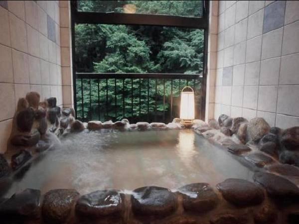 【四季の宿処 一花館】新鮮なお湯がかけ流しで注ぐ、半露天風呂付客室がおすすめ! 四万の名湯をいつでもお好きな時にゆったりと満喫!