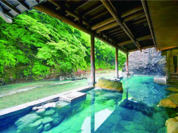 【四万やまぐち館】【お客様高評価の人気宿!】周囲25mの大岩が目を引く川沿いの開放的な露天風呂。期間限定のお得な和室プランあり!