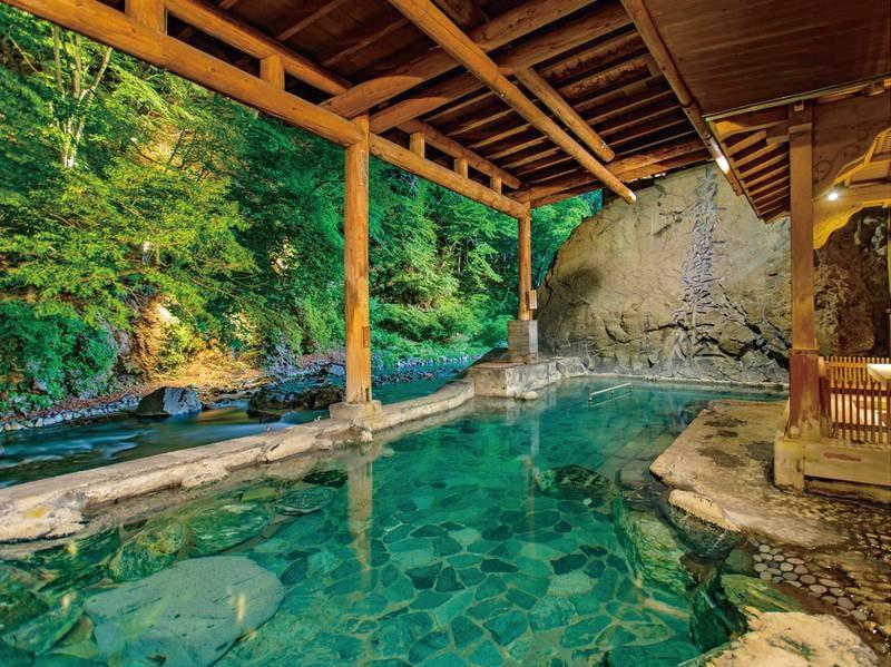 【お題目大露天風呂】周囲25mの大岩が目を引く川沿いの開放的な露天風呂