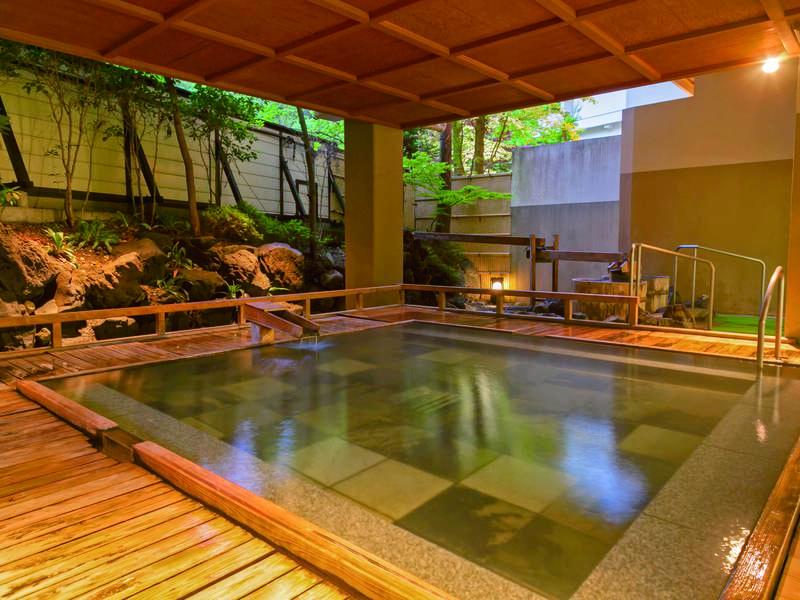 【露天風呂/室生の湯】能舞台を模した風呂。総涌出量毎分1600リットルもの湯量を誇る自家源泉かけ流し