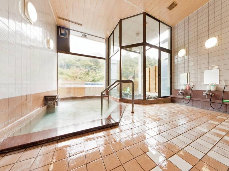 【大浴場】大きな窓で開放的な浴場