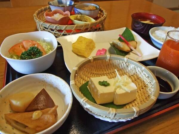 朝は地元の食材がたくさん詰まった身体にやさしい和定食。