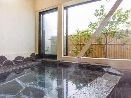 *大きい窓で開放感溢れる温泉