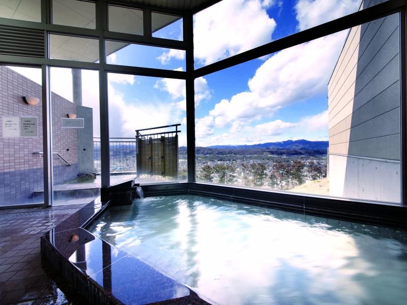 【男性大浴場】大きなガラス張りで秩父の景色と共に温泉を楽しめる!