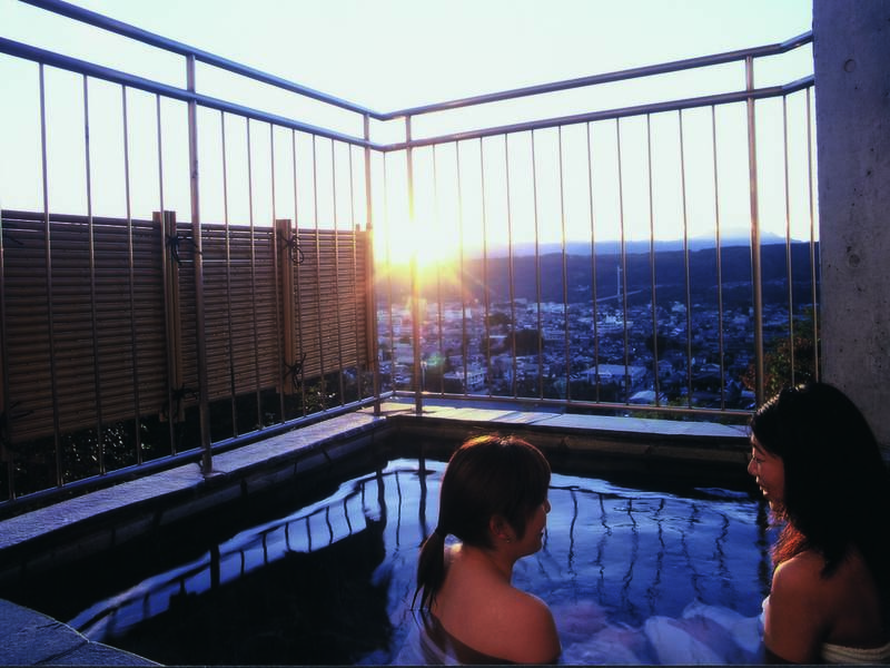 【女性露天風呂】時間によっては夕日の景色を楽しめることも