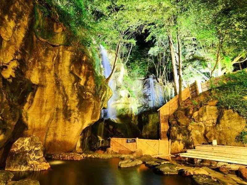 【四季(とき)の湯】夜の混浴大露天風呂はライトアップされた滝が幻想的
