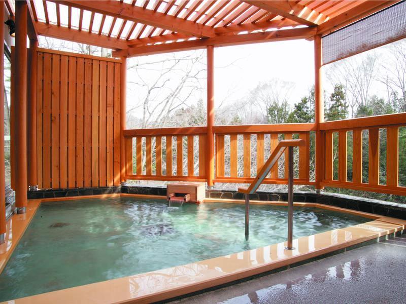 【「岩鏡」露天風呂】内湯は岩造り、露天は木造造りの浴槽で楽しめる