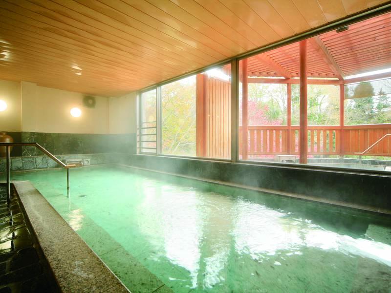 【「岩鏡」大浴場】湯けむり漂い、情緒あふれる空間