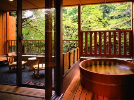 【新館露天風呂付客室/例】洗い場・デッキ付き。目の前は横瀬川が流れる