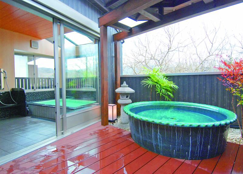【露天陶器風呂と展望風呂】露天風呂と内風呂を兼ね備えた贅沢な貸切風呂でゆっくりお過ごしいただける