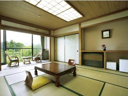 【12畳和室/例】大きくとった開放的な窓からは自然の風景を望める
