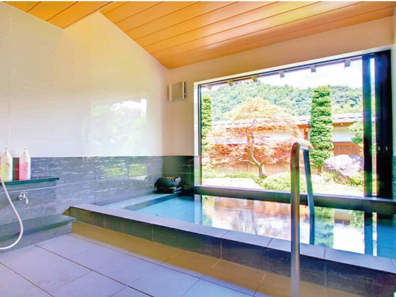別邸庭園風呂/贅沢な広さ。窓も大きく気持ちが良いです。