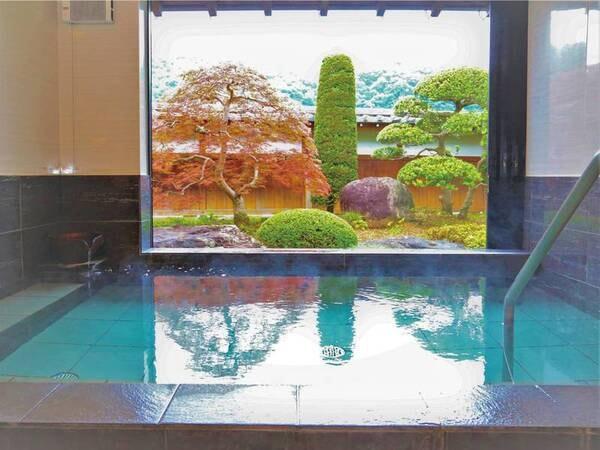 別邸庭園風呂/開放的な窓から見える庭園は四季折々の表情を見せてくれます。