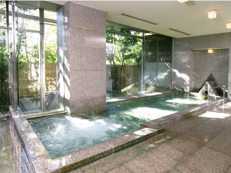 【大浴場/1階】石造りの大浴場、露天風呂が併設!