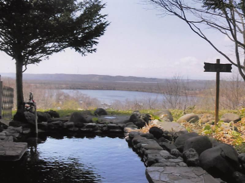 目の前に広がるシラルトロ湖の雄大な景色をお楽しみ下さい。