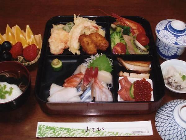 夕食(一例)釧路の新鮮な魚介類のお刺し身、豚かつなどをご提供します。