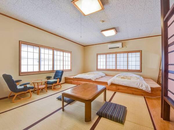 *【客室一例:おまかせ和室】小上がりにお布団をご用意しております。