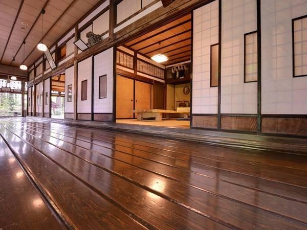 *玄関口の廊下/16.3mという長大な一枚通しの天然秋田杉を使用。