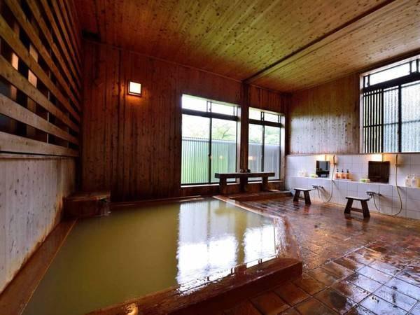 *【大浴場】源泉そのままのお湯には湯の花が舞い、じっくりと温まることができます。