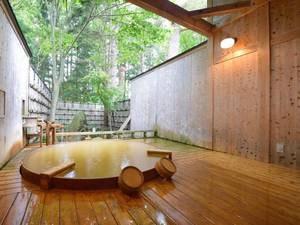 *【露天風呂】大樹の湯/檜の香りと爽やかな風を感じ、贅沢な空間を独り占め。