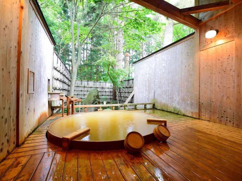 *【露天風呂】大樹の湯/樹齢380年以上と想定される樅の木を眺めてお入りいただけます。