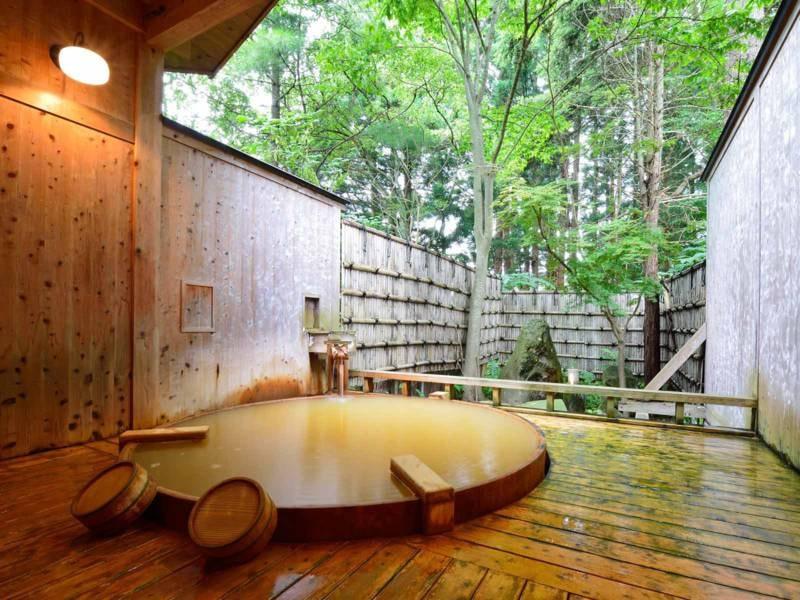*【露天風呂】大樹の湯/総檜のぬくもりと源泉掛け流しのお湯を楽しむ贅沢なひととき。