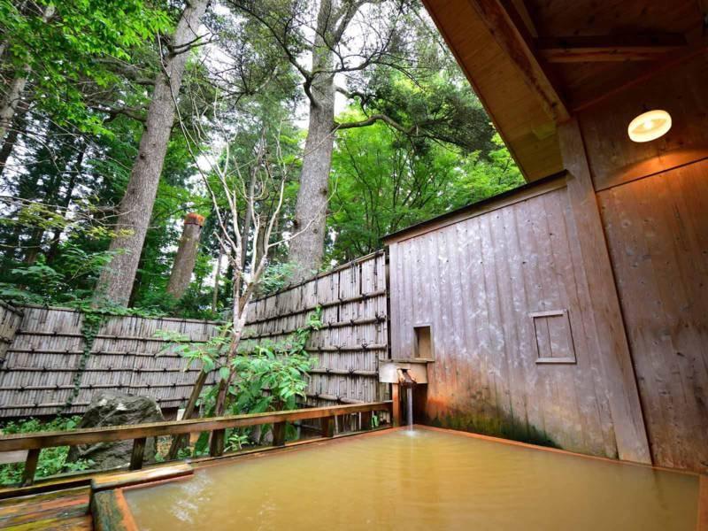 *【露天風呂】こもれびの湯/巨木の樅の木を眺めながら、じっくりと安らぐ湯浴みの時間を。
