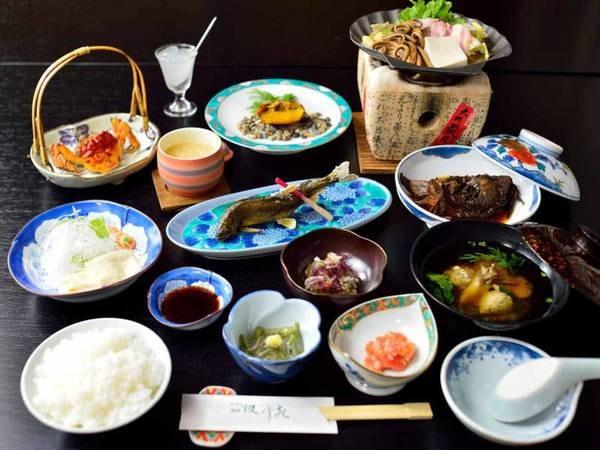 *【夕食一例】厳選された食材と彩り豊かな料理の数々をごゆっくりとお楽しみ下さい。