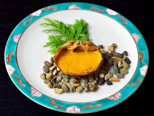 *【夕食一例】川がにの蟹味噌甲羅焼。濃厚で深みのある味わいが絶品。