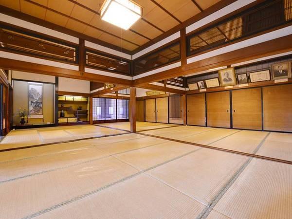 *【大広間】お食事処として使用されている大広間は、中央の柱を抜き取れる仕掛けの造りとなっています。