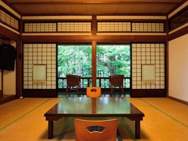 *【10畳/客室一例】開放感のある窓が心地よい空間を作り出す、純和風のお部屋。