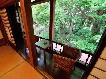 *【10畳/客室一例】気持ちの良い風が入り込み、緑を眺めゆったりと一息…