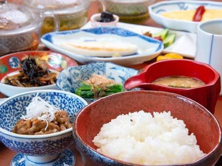*【朝食】つやつやのごはん。お米は会津産コシヒカリをご用意しています。