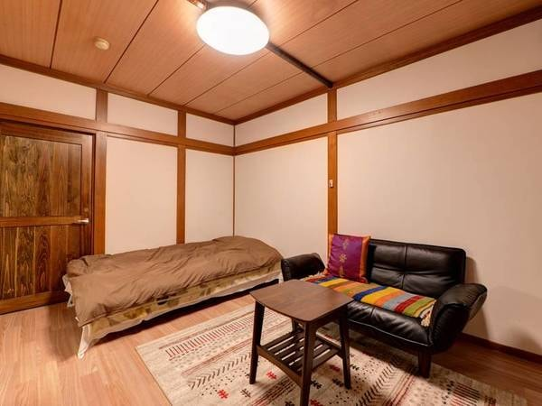 *【部屋一例】洋室シングル もともと和室だったお部屋を改装して気軽に過ごしやすい洋室タイプにしました。