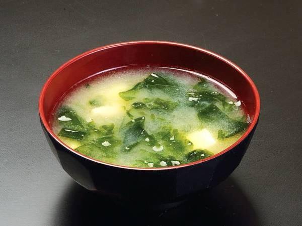 *味噌汁は、地元『男鹿産』のとろとろワカメ入りです。