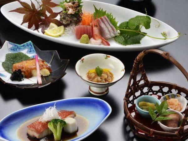 和食膳/例。季節の旬と彩を盛り込んだ会席料理でお客様をおもてなし