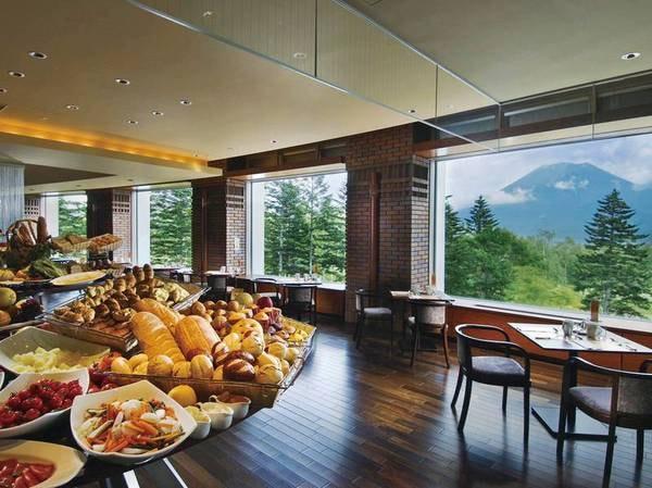 【朝食/例】焼き立てパンや地元の新鮮野菜など約50種ビュッフェ