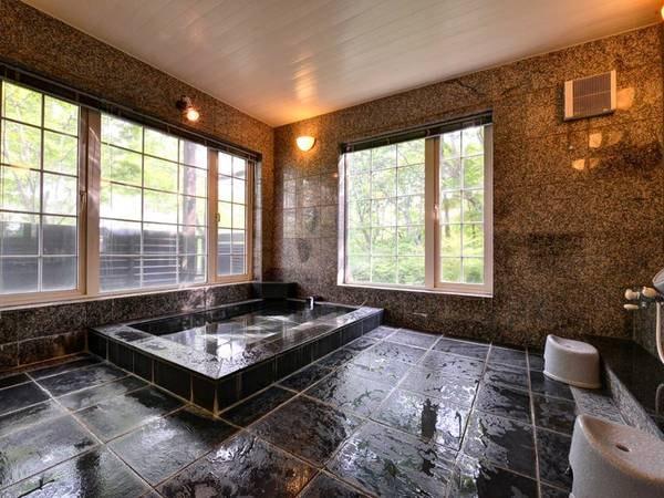 *大浴場/自然豊かな景観を眺めながら、温かい湯船に浸かる贅沢なひと時をお過ごし下さい。