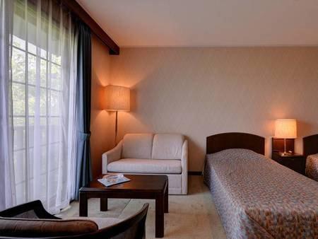*デラックスツイン(客室一例)/窓から入る光が室内を明るく。朝はやさしい自然光でお目覚め下さい。
