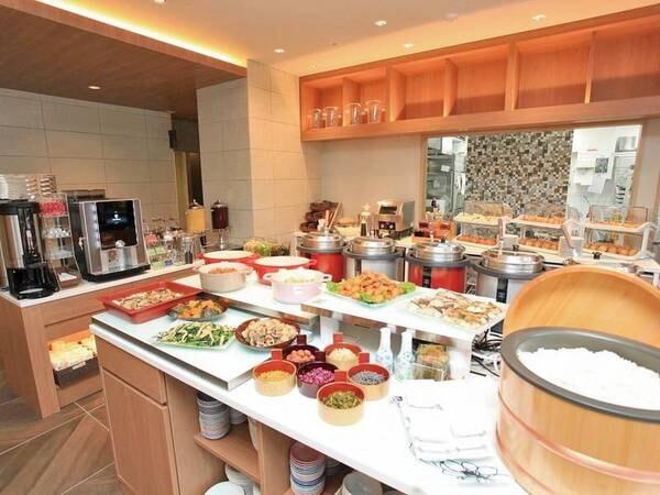 朝食はおばんざいや日替わりスープ・焼き立てパン等を味わえるバイキング/例