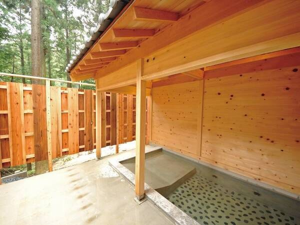 【木漏れ日の湯】植物の香りの檜露天風呂。県下で最も高いラジウム濃度を誇る源泉と、檜の香り漂う浴室で療養泉の効能を最大限に生かした天空の湯。※小学生以下のお子様の利用不可/※洗い場はありません。