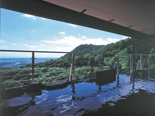【自助の湯・露天風呂】本館(宿泊棟)にある大浴場に隣接した露天風呂。標高369mの菰野富士と肩を並べ、伊勢湾までも望むことができる天空露天風呂
